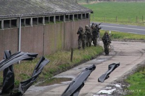 Militairen oefenen bij de leegstaande boerderij aan de Leijen. Foto: Petra Kroon