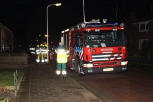 De brandweer onderzocht de oorzaak van de vreemde geur. Foto: Henk Stoelwinder