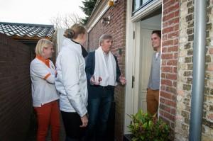 Anne-Wil Lucas, Nikita Brameijer en Loek Hermans bellen aan. Foto: Marije Geertsma