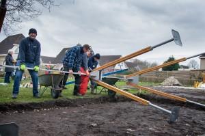 Albert Hut, Martin Vriesema, André Kuiper en Jelle Bakker (vlnr) plaatsen de nieuwe schommel. Foto: Marije Geertsma (c)
