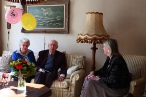 Burgemeester Francisca Ravestein feliciteert Jan en Pitty Lolkema met hun zestigjarig jubileum. (c) Jan Sybrandy