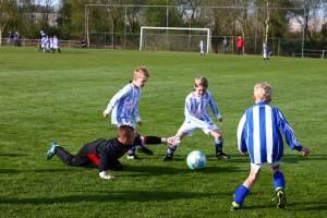 Keeper Mikeal en verdediger Jelmer in actie.