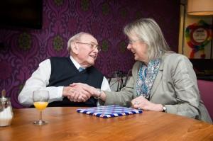 Burgemeester Francisca Ravestein feliciteert Harke de Jong met zijn honderdste verjaardag. (c) Marije Geertsma
