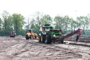 Acht nieuwe drainageslangen worden aangelegd. (c) Jan Sybrandy