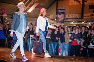 Honderden ladys genoten van de prachtige modeshow. (c) Marije Geertsma