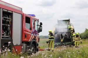 Nadat de pers losgekoppeld was, begon de brandweer met blussen. (c) Henk Stoelwinder