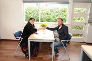Loekie Flentge en Teake Teakema ondertekenden een huurcontract voor twee jaar. Foto Boost Gorredijk