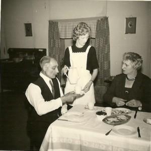 Op de linker foto staan Wiebe Lageveen, Sytske de Vries en mevrouw Veenstra, echtgenote van brandstoffenhandelaar Geert Veenstra.