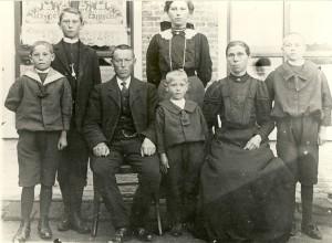 V.L.n.r. Jouke, Oebele, Rink, Arjen en Griet, Lutske (Lummigje), Sjoerd.