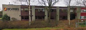 Het resterende kantoorgebouw op het sloopterrein van de voormalige kozijnenfabriek.
