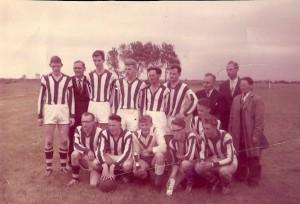 VV Gorredijk wint het toernooi, dat georganiseerd werd door v.v.v. Westzaan in augustus 1961. Op de foto staan v.l.n.r. Dirk van der Zee, Roel Lageveen, Ben Eppinga, Abe Vleeshouwer, Hepke (Hepi) Krist, Gerrit de Vries, Jappie Bijlsma, Wolter Stoelwinder en Jan de Boer.Daarvoor zitten v.l.n.r.  Stoffel Bakker, Riekele Huisman, Anne Veenstra, Wieger Moll, Anne Moll en Johan de Jong. Op de achtergrond is Zaandam te zien.