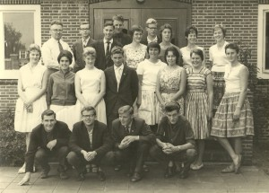 22-10-1959 Rijkskweekschool Heerenveen met twee Gordyksters: 1e rij tweede van rechts Anne Veenstra, 2e rij tweede van rechts Jannie Liemburg.
