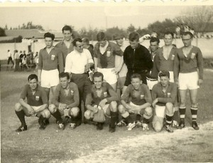 Vlak voor de wedstrijd. Staande v.l.n.r. J.Jansma, B.Eppinga, J.Meis, D.v.d.Zee, A.Veenstra, D.Boor- sma , R.Jager, G.de Vries en S.Bakker Zittend v.l.n.r. H.Kasje, J.Elzinga, R.v.d.Velde, J.deJong en A.Vleeshouwer.