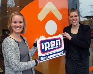Rahel Hermes en Miranda Hartgers (r) tonen vol trots hun landelijke nominatie voor de IPON award. Foto R. Kuipers