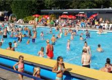 Zwembad De Delte barstens vol op laatste zwemdag