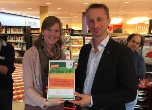 Romkje Nolles en Roelov Kuipers namen het certificaat Fairtrade namens de bibliotheek in ontvangst.