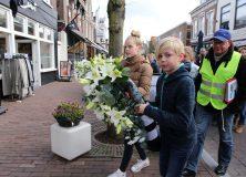 Leerlingen leggen kransen in Gorredijk