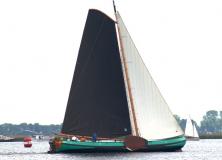 Historische schepen meren af in Gorredijk