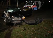 Auto botst tegen boom in Gorredijk