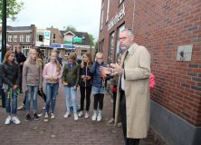 Plaquette onthuld aan gevel bibliotheek Gorredijk